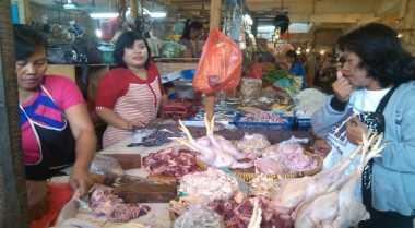 \BUSINESS HITS: Harga Ayam hingga Cabai Masih 'Ikut Lebaran'   \