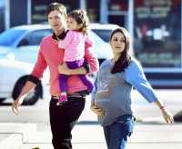 Mahir Mengganti Popok Anak! Pantas Ashton Kutcher Jadi Suami Idaman