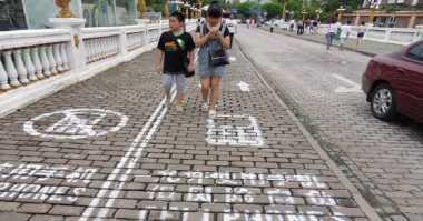 Keren! China Punya Trotoar Khusus untuk Pengguna Smartphone
