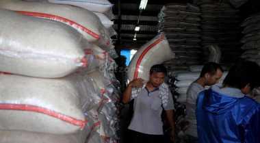\BUSINESS HITS: Oplos Beras Rastra Jadi Premium, Negara Rugi Triliunan Rupiah\