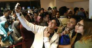 Penonton Heboh, Berebut Foto Bareng Cast Mars Met Venus di Bogor