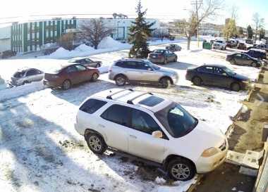 Viral! Video Mobil Tak Bisa Keluar Parkir Ini Bikin Netizen Ngakak