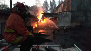 Gudang Pabrik Karbon di Mojokerto Terbakar, Api Masih Sulit Dipadamkan