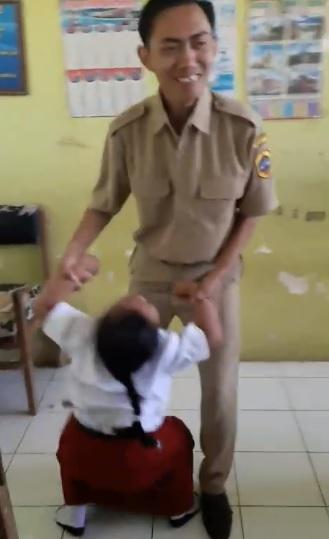 Apes, Guru Bujuk Murid Imunisasi Ini Bikin Ngakak!