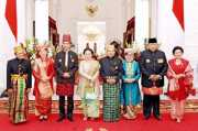 HARI MERDEKA: Keakraban Mantan, Presiden-Wapres RI dan Ibu Negara dengan Busana Tradisional Indonesia