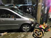 <i>Dar</i>! Honda Jazz Tabrak Motor di Warung Jati Barat, Satu Orang Tewas