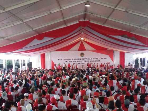 Bagi-Bagi Sertifikat Tanah, Presiden Jokowi: Silakan Pinjam Uang ke Bank Tapi Tetap Hati-Hati