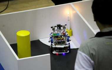 Keren! Robot Pemadam Kebakaran Buatan Mahasiswa Surabaya Ini Diakui Dunia