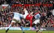 Menjamu Everton, Kompany Masih Trauma dengan Gol Salto Wayne Rooney