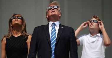 Serunya Donald Trump Nonton Gerhana Matahari Total Bareng Warga AS!