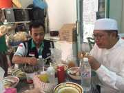 Usai Sidak ke Hotel Jamaah, Menag Santap Mi Ayam di Warung Kaki Lima