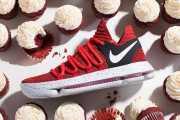 Sepatu Sneakers Unik Sengaja Dirancang dengan Aksen Merah seperti Kue Red Velvet