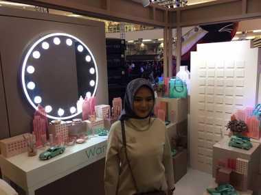 "Jilbab Sering Lepek, Restu Anggraini Ciptakan ""Aeresist"" Jilbab Hempas Air Anti-Lepek"