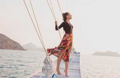 Liburan ke Sumba, Awkarin Berbikini Pink Fuschia Pamer Bokong Seksi