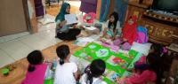 Siswa Tak Punya Gawai untuk Belajar Daring, Guru SD Ini Datangi Rumah Siswa