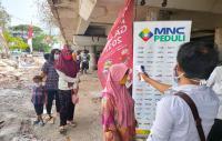 Bantu Masyarakat, MNC Peduli Bagikan Masker dan Makanan Warga di Kolong Tol Papanggo