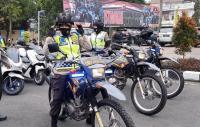 Bikin Gagal Fokus, Aksi Polwan Cantik Naik Motor Trail Masuk Perkampungan