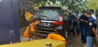 Mayat Pria Bersimbah Darah Ditemukan di Dalam Minibus