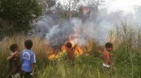 Aksi Heroik Bocah Papua Padamkan Kebakaran Hutan Tuai Pujian