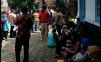 Antrean Warga Daftar Bansos di Solo Abaikan Protokol Kesehatan