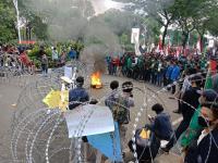 Demo Tolak RUU Omnibus Law, Mahasiswa Bakar Ban
