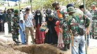 Isak Tangis Iringi Pemakaman Serka Syahlan yang Gugur Ditembak KKB