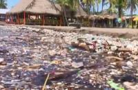 """Tsunami"" 100 Ton Sampah Landa Pantai Honduras"