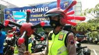 Unik! Polisi Kenakan Helm Berbentuk Virus Corona saat Razia