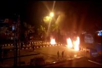 Ban Bekas Dibakar, Demo Mahasiswa di Kendari Berujung Bentrok dengan Aparat