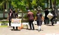 Pendukung Jerinx Bagi-Bagi Makanan & Masker