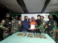 Patroli di Perbatasan Papua, Prajurit TNI Tangkap 3 Pemuda Bawa 14 Paket Ganja