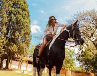 Intip Gaya Seksi Tunangan Kevin Trapp saat Asyik Main Kuda