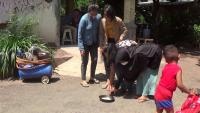 Cuaca Probolinggo Panas Menyengat, Warga Iseng Goreng Telur di Tanah Lapang