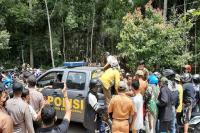 Blokir Jalan, Dua Kelompok Warga Bersenjata Parang dan Tombak Saling Serang