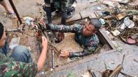 Aksi Heroik Serka Eri, Menyelam Selokan Sempit untuk Angkat Sampah