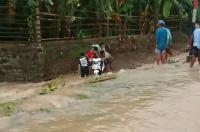 Ibu Guru Terseret Banjir Besar di Kebumen