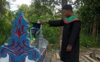 Momen Haru Wisudawan Pasang Topi Toga di Makam sang Ayah