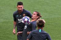 Fans Barcelona Teriaki Griezmann: Hormati Lionel Messi!