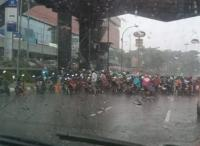 Hujan Guyur Jakarta, Pemotor Diimbau Tak Berteduh di Kolong Flyover