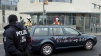 """Kantor Kanselir Jerman Ditabrak Mobil Berslogan """"Dasar Pembunuh Anak-Anak"""""""