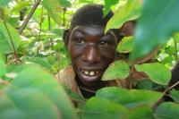 Unik, Bocah Ini Mirip Kera Gegara Suka Tinggal di Hutan