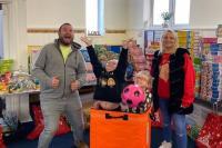 Keren, Keluarga Ini Kumpulkan 5.000 Hadiah Natal Lewat TikTok untuk Orang Miskin