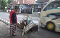 Sering Terjadi Kecelakaan, Warga Tutup Jalan Rusak dengan Sofa