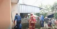Petugas Damkar Evakuasi Ular Cobra di Permukiman Warga