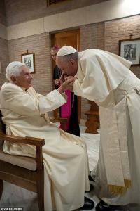 Usai Lantik Kardinal Baru, Paus Fransiskus Cium Tangan Paus Emeritus Benediktus