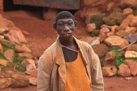 Tersentuh, Simpatisan Kumpulkan Uang untuk Anak yang Kerap Tinggal di Hutan