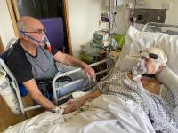 Sama-sama Lawan Covid-19, Kakek Nenek Ini Diizinkan Bercengkerama untuk Terakhir Kalinya