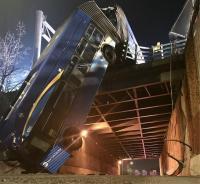 Bus Gandeng Terjatuh dan Tergantung di Jembatan Layang