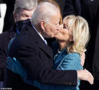 """Pelantikan Biden, Jill Biden Panen Pujian """"Berkelas"""" dan Elegan hingga Dibandingkan dengan Jackie Kennedy"""