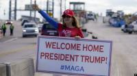 Iring-iringan Mobil Trump Disambut Para Pendukung
